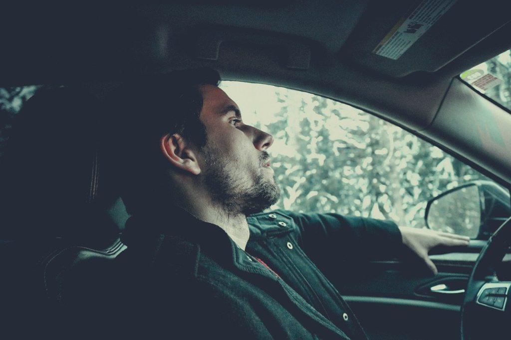 onanující muž v autě